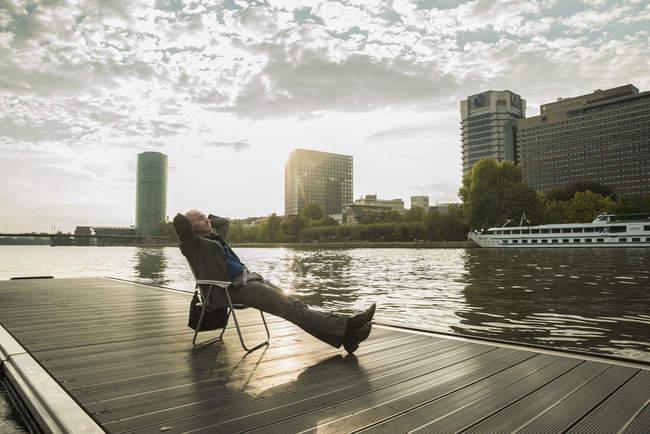 Германия, Франкфурт, спокойный бизнесмен на реке Майн — стоковое фото