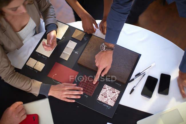 Image recadrée des personnes présentant des échantillons — Photo de stock