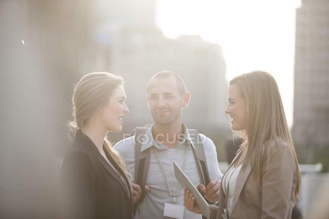 Três colegas tendo intervalo juntos — Fotografia de Stock