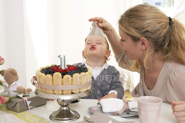 Mother and daughter celebrating little girl first birthday with fancy cake — Stock Photo