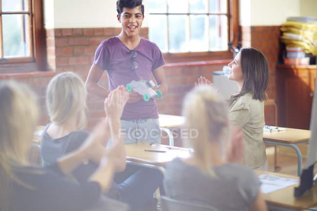 Studentinnen, die applaudieren nach Vorstellung im Klassenzimmer — Stockfoto
