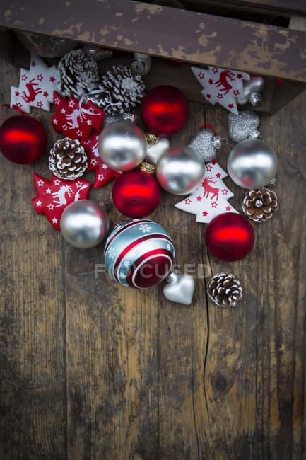 Weihnachtsdekoration auf dunklen Holzoberfläche — Stockfoto