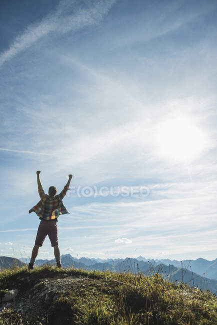 Тіроль, Австрія-Tannheimer-Таль, юнак cheering на вершині гори — стокове фото