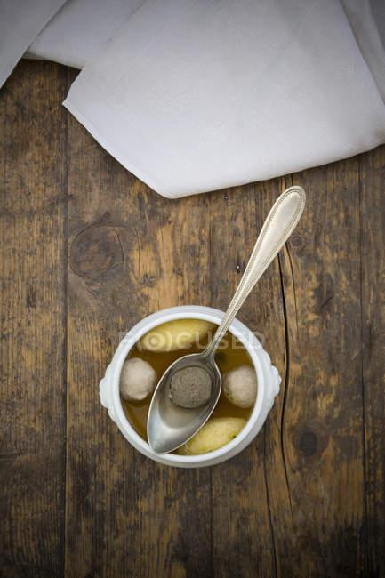 Schwäbische Suppe mit Knödel auf Holz — Stockfoto
