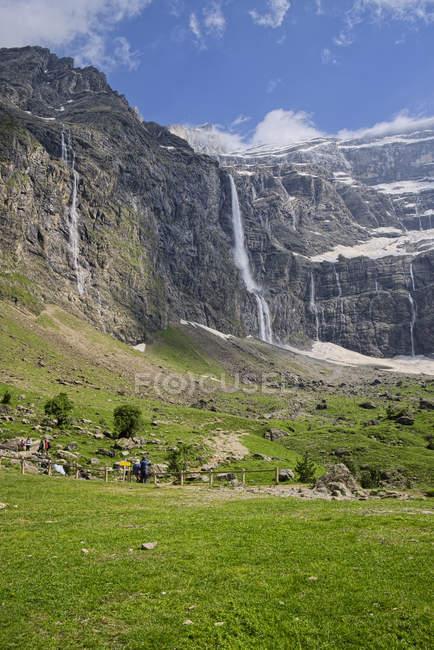 Франція, Верхні-Піренеях, національному парку Піренеї подання для Cirque de Гаварні краєвид з водоспади — стокове фото