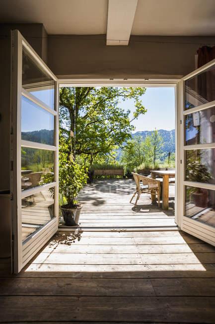 Holzterrasse im Sonnenlicht tagsüber — Stockfoto