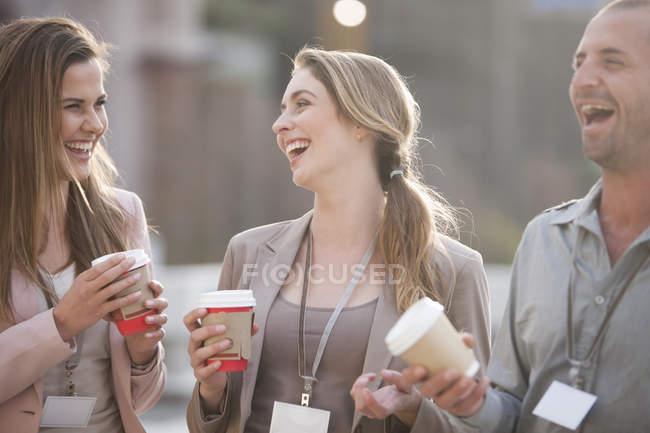 Três colegas se divertindo no recreio — Fotografia de Stock