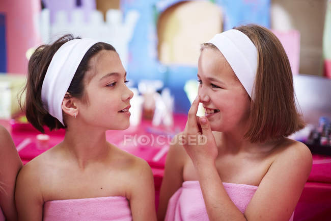 Two girls pampering on a beauty farm — Stock Photo