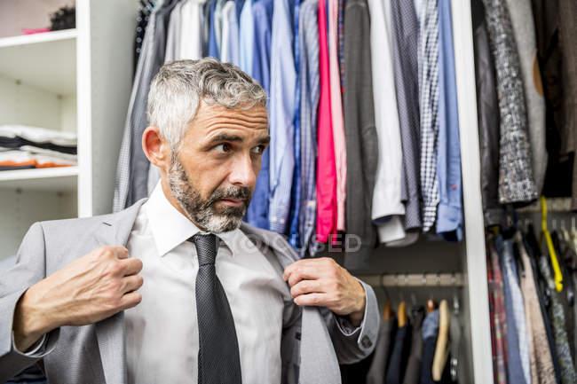 Uomo d'affari vestire alla sua cabina armadio — Foto stock
