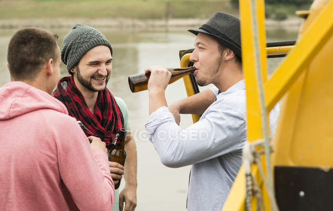 Group of friends drinking beer outdoors — Stock Photo