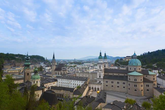Австрія, Зальцбург, міський центр пташиного польоту з церквою Святого Петра і кафедральний собор Зальцбурга — стокове фото