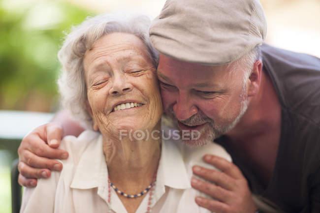 Uomo maturo e felice donna anziana all'aperto — Foto stock