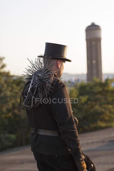 Spazzacamino indossando cappello camminare all'aperto — Foto stock