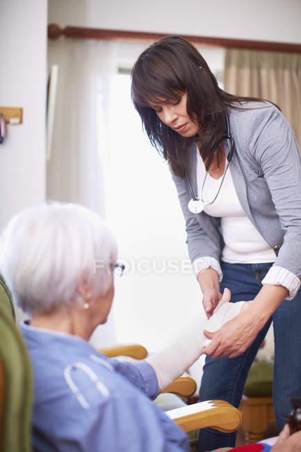 Sanitäter betreuen Seniorin zu Hause — Stockfoto