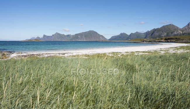 Noruega, Nordland, Lofoten, Flakstad, mar da Noruega, com a ilha de Flakstadoya — Fotografia de Stock