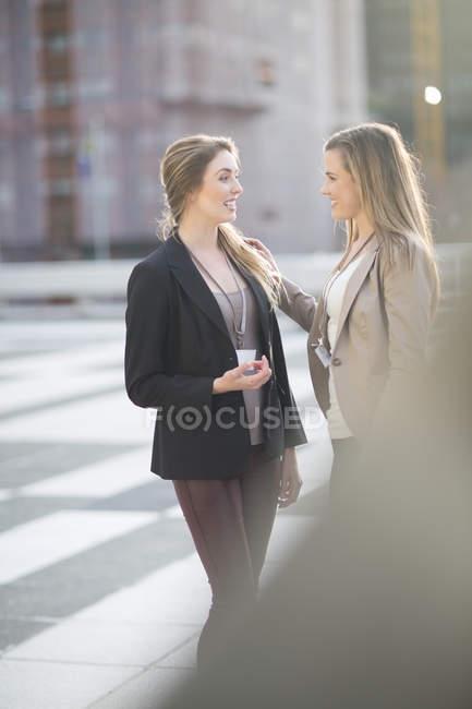 Duas mulheres de negócios comunicando ao ar livre — Fotografia de Stock