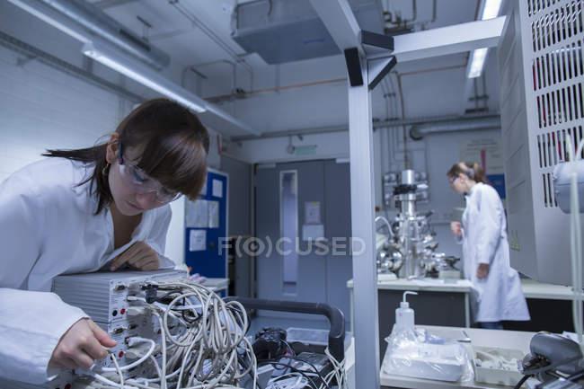 Deux techniciennes travaillant dans un laboratoire technique — Photo de stock