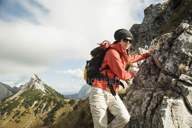 Femme randonnée sur rocher — Photo de stock