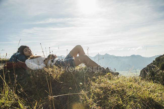 Austria, Tirol, Tannheimer Tal, joven excursionista descansando - foto de stock