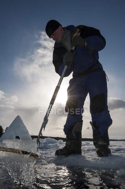 Чоловік готує отвір для льоду дайвінг в денний час — стокове фото