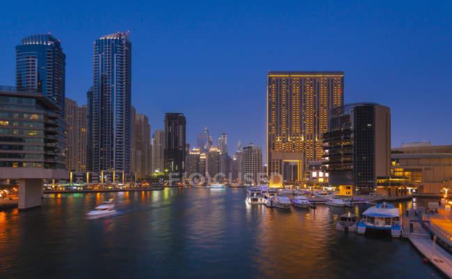 Объединенные Арабские Эмираты, Дубай, Дубай-Марина в ночное время — стоковое фото