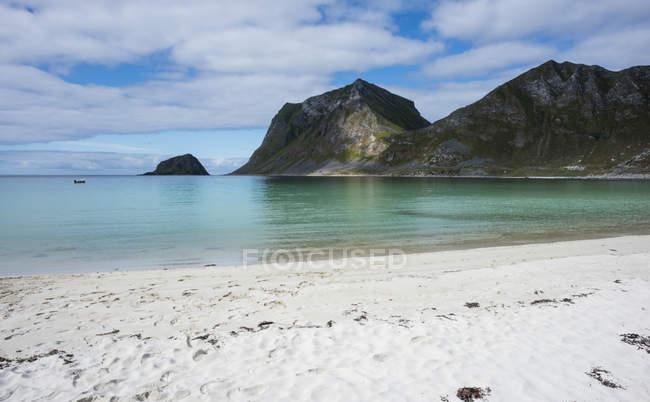 Noruega, Nordland, Lofoten, Vestvagoy, Haukland praia e a Baía de Vikbukta — Fotografia de Stock
