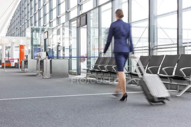 Auxiliar de vuelo en el aeropuerto - foto de stock