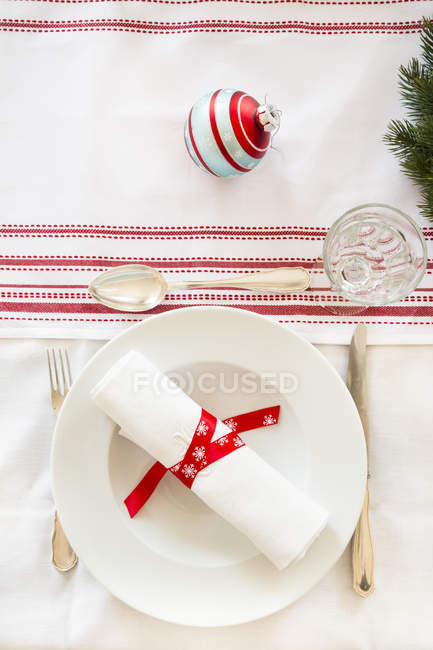 Red-white laid table at Christmas time — Stock Photo