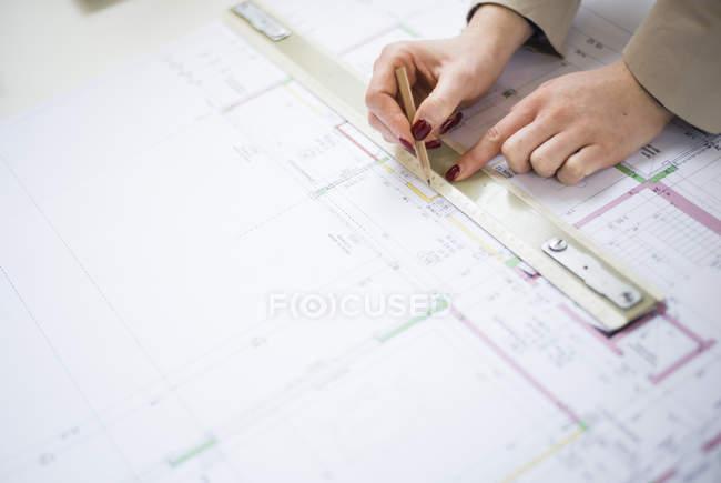 Gros plan de l'architecte travaillant sur le plan de construction — Photo de stock