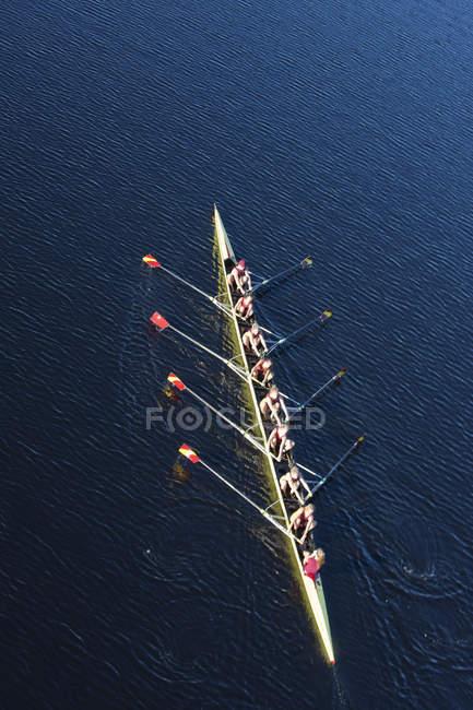 Підвищені подання жіночий веслування вісім у воді — стокове фото