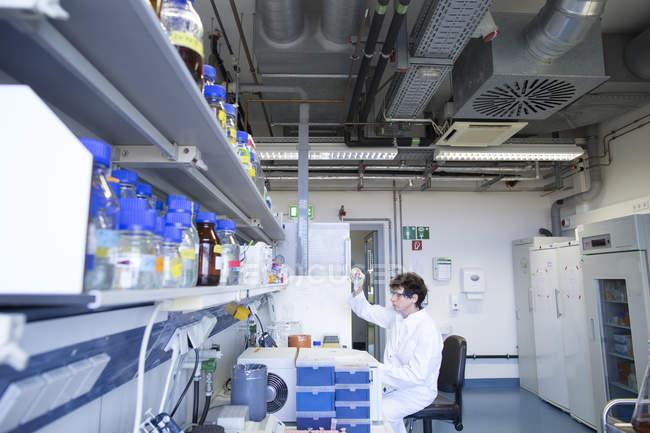 Technicienne travaillant au laboratoire de biochimie — Photo de stock