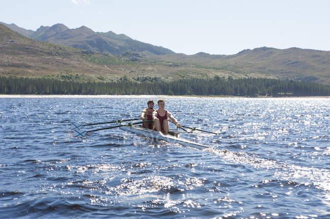Двойная лодка для гребли в воде — стоковое фото