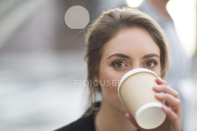 Portrait of businesswoman drinking coffee to go — Stock Photo