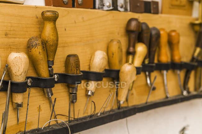 Conseil d'outil dans la sellerie à l'intérieur — Photo de stock