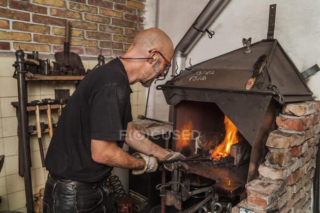 Нож производитель в мастерской на работе — стоковое фото