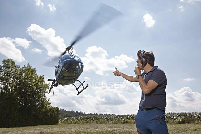 Воздушного движения контроллера, обеспечение посадки и взять офф helicopoter — стоковое фото