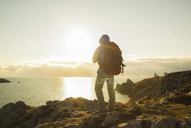 France, Bretagne, Camaret sur Mer, Mature man hiking at Atlanic coast — Stock Photo