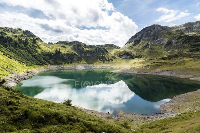 Австрия, Карлберг, Альпы Лефаль, Горы Лехкеллен, озеро Формаринзее — стоковое фото