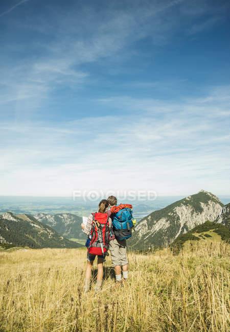 Austria, Tirolo, Tannheimer Tal, giovani escursionisti guardando la mappa — Foto stock