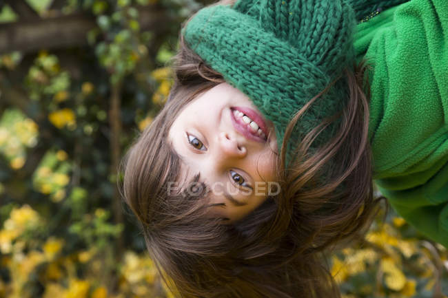 Retrato de menina sorridente usando lenço verde — Fotografia de Stock