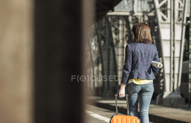 Woman walking at train station — Stock Photo