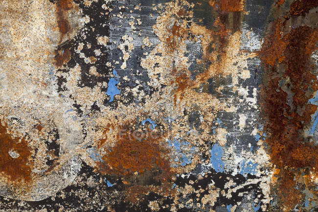 Rusty steel plate with remains of paint, close-up — Stock Photo