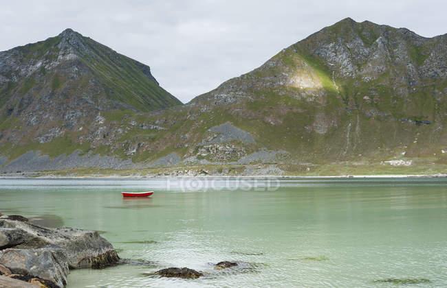 Noruega, Nordland, Lofoten, Vestvagoy, Haukland, Baía de Vikbukta, barco a remos sozinho — Fotografia de Stock