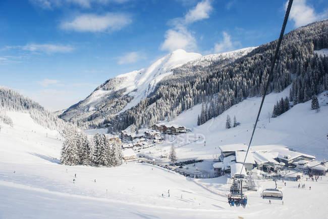 Austria, Salzburg State, Altenmarkt-Zauchensee, chair lift in alpine landscape — Photo de stock