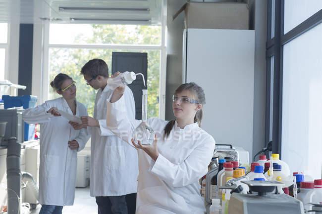 Drei Chemiker in einem Chemielabor — Stockfoto