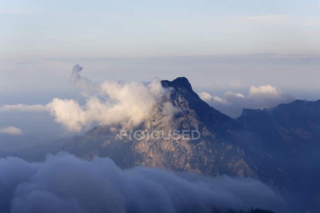 Austria, Alta Austria, Salzkammergut, nuvole sopra la montagna Traunstein — Foto stock