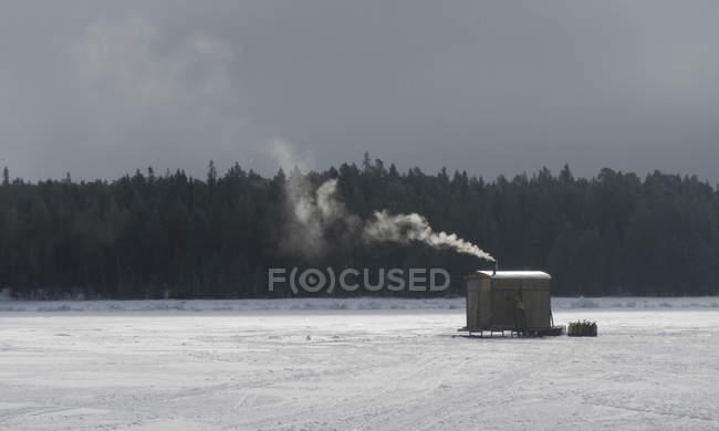Russia, Arctic Circle Dive Centre, circolo polare, rifugio neve su acqua ghiacciata — Foto stock