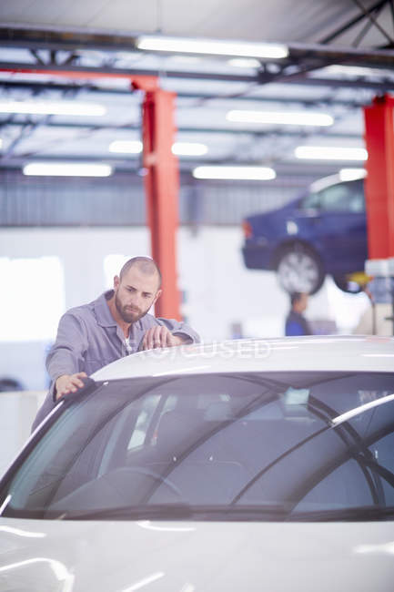 Garagiste à le œuvre dans debout de garage de réparation de voiture — Photo de stock