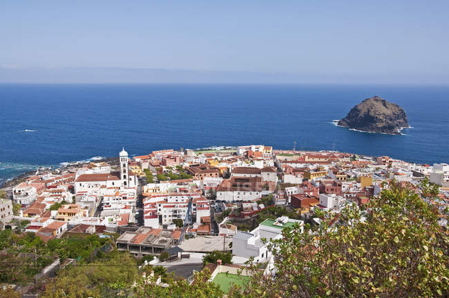 Spain, Canary Islands, Tenerife, Garachico, town on hill over water — Stock Photo