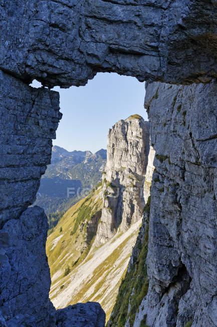Autriche, Styrie, Salzkammergut, rock fenêtre perdant formation — Photo de stock